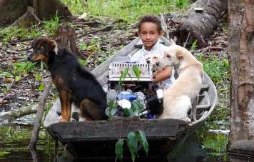 Cabóclo-Junge mit seinem Boot