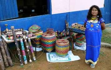 Die Frau des Caciques (Häuptlings) bietet Kunsthandwerk feil