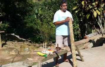 Kunsthandwerker mit Caixeta-Holz