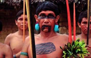 Yanomami mit Kriegsbemalung