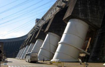 Einige der insgesamt 20 Fallrohre des Staudamms von Itaipú (Quelle: Wikipedia)