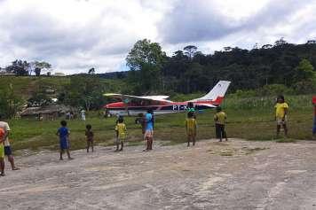 Ankunft mit dem Flugzeug im Ingarikó-Dorf